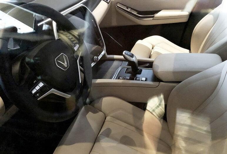 Phần nội thất ghế trước và vô lăng của VinFast Lux V8
