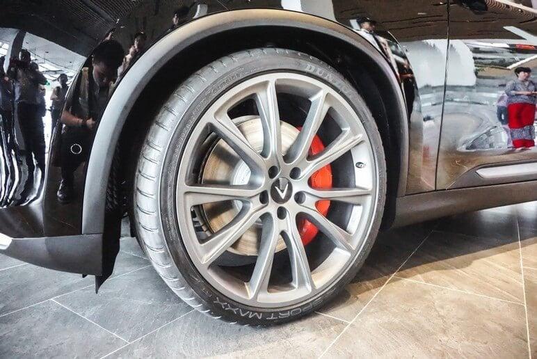 Bánh xe của VinFast Lux V8