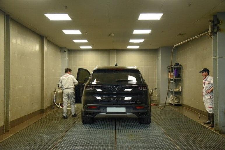 Nhân viên kiểm tra lần cuối sau quá trình bảo dưỡng sửa chữa ô tô VinFast
