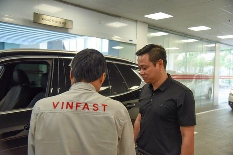 Nhân viên tiếp nhận xe bảo dưỡng từ khách hàng