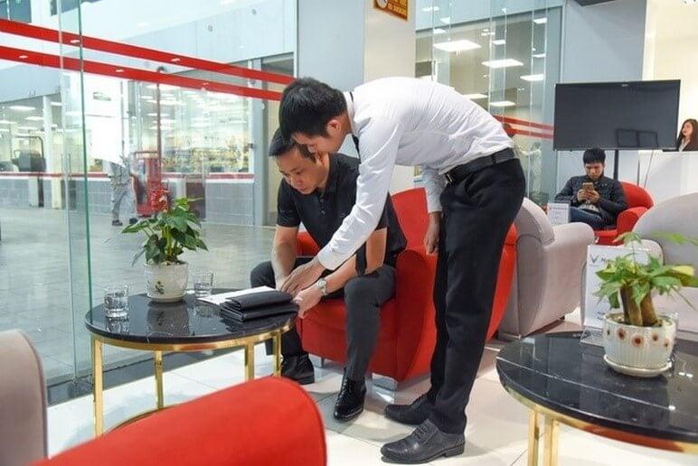Khách hàng được đưa tới phòng chờ trong khi bảo dưỡng ô tô VinFast