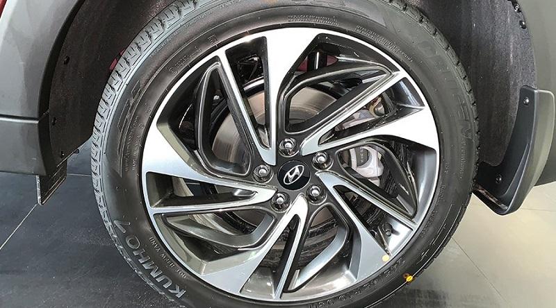 So sánh tổng quan VinFast Lux SA2.0 và Hyundai Tucson 2.0 8