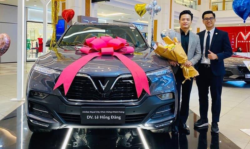 Hình ảnh diễn viên Lê Hồng Đăng bên cạnh xe VinFast