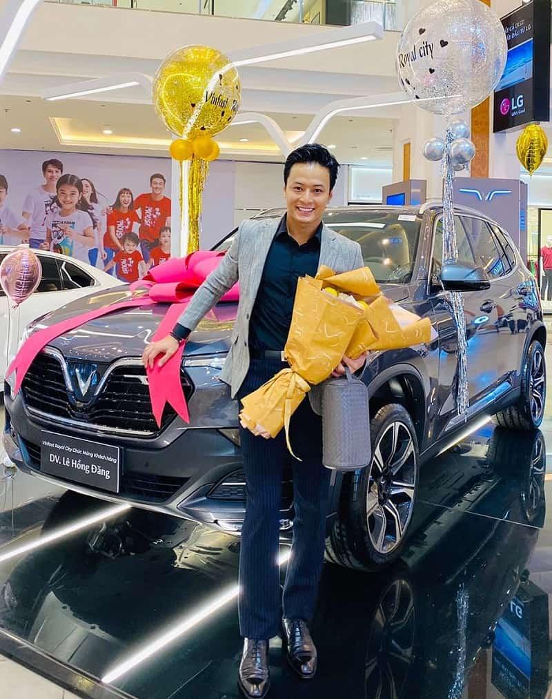 Diễn viên Lê Hồng Đăng bên cạnh xe VinFast