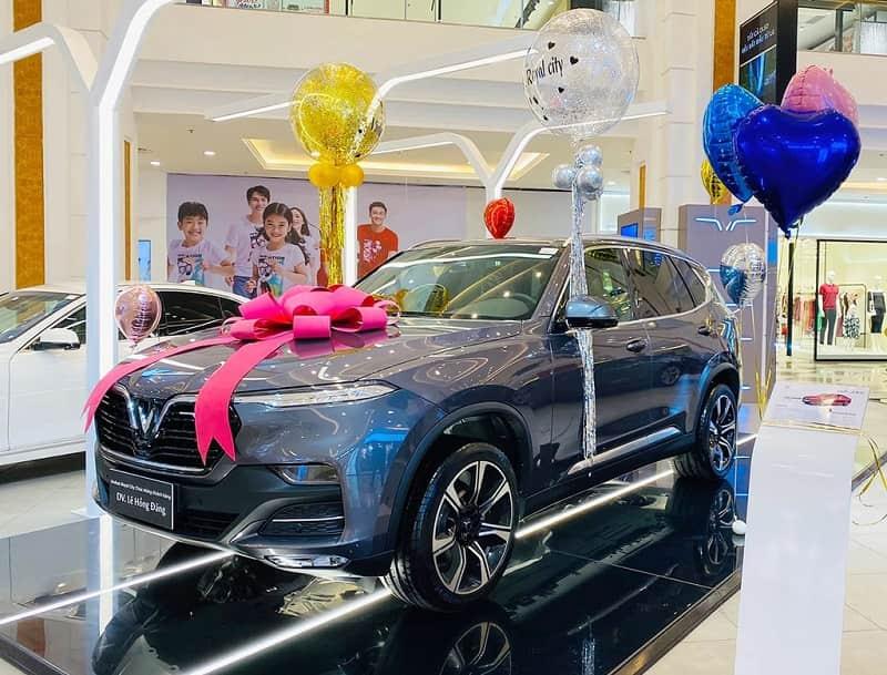 Hình ảnh diễn viên Lê Hồng Đăng mua chiếc SUV của VinFast 8