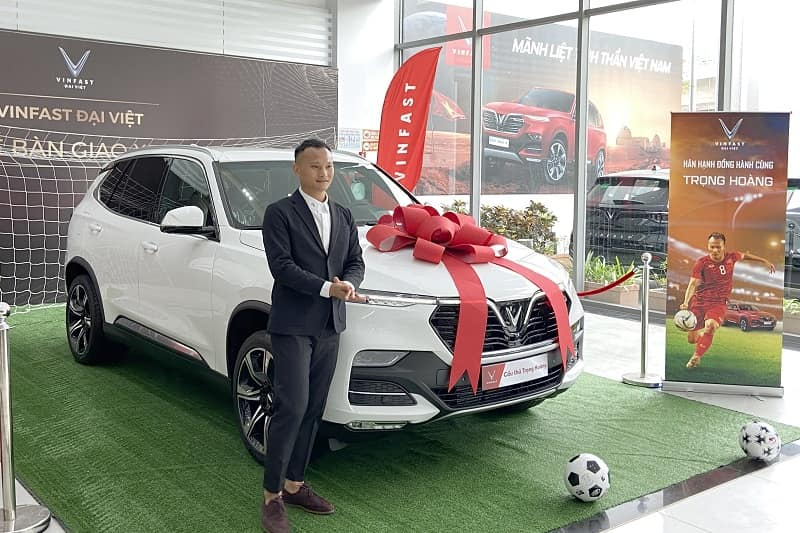 Hình ảnh diễn viên Lê Hồng Đăng mua chiếc SUV của VinFast 12