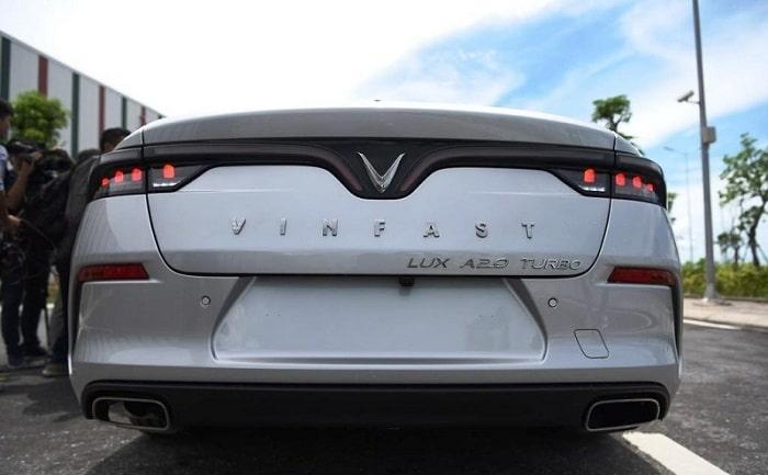 Dòng chữ dài và lớn ở phần đuôi xe