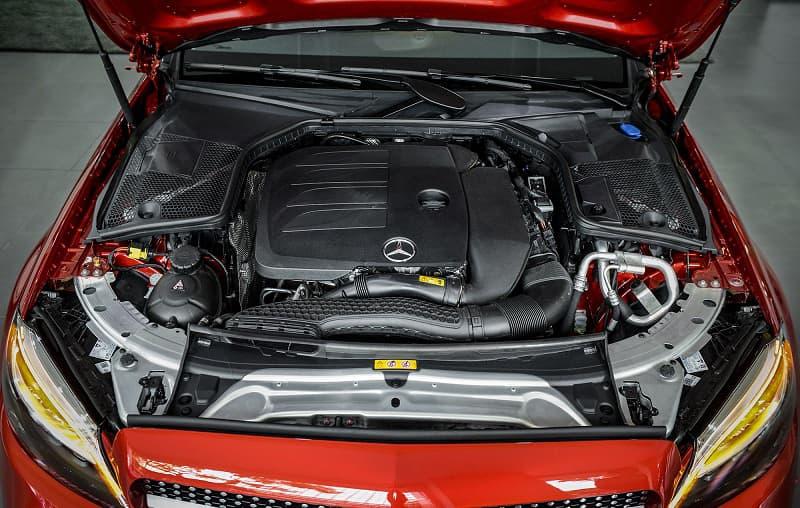So Sánh động cơ giữa Mercedes-Benz C180 AMG và VinFast Lux A2.0