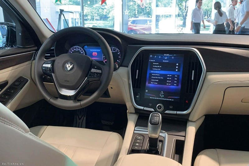 So Sánh nội thất giữa VinFast Lux A2.0 và Mercedes-Benz C180 AMG