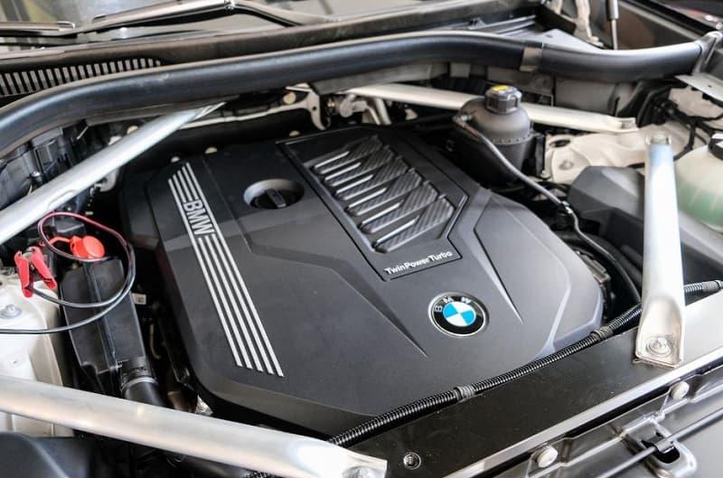 Động cơ SUV VinFast President và BMW X5 M Sport